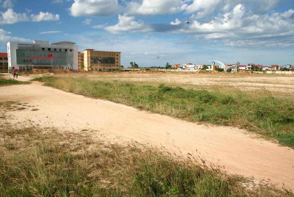 Công ty TNHH Tư vấn và Xây dựng Vĩnh Hưng được chỉ định thầu 4 dự án nhà ở thương mại tại huyện Bố Trạch với tổng chi phí gần 2.400 tỷ đồng. Ảnh: Nhã Chi