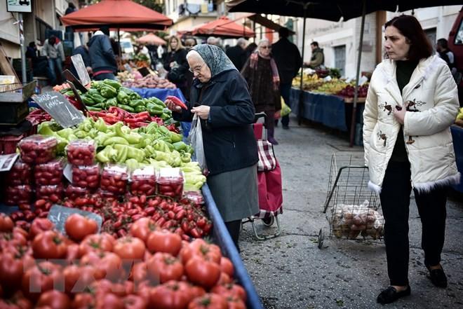 Người dân mua sắm tại một chợ rau quả ở Athens, Hy Lạp. (Nguồn: AFP/TTXVN)