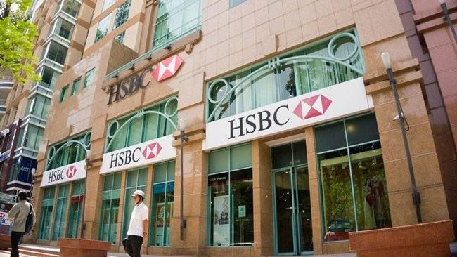 Ngày càng có nhiều ngân hàng tăng nguồn thu bằng cách bắt tay với các công ty bảo hiểm. Ảnh: Việt Trần