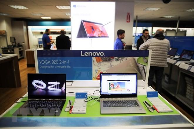 Máy tính xách tay sản xuất tại Trung Quốc được bày bán tại một cửa hàng ở New York, Mỹ ngày 22/3 vừa qua. (Ảnh: THX/TTXVN)