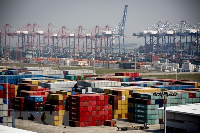 Hàng hóa được xếp tại cảng Nansha ở tỉnh Quảng Đông, Trung Quốc. (Ảnh: EPA/TTXVN)