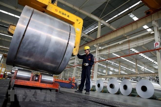 Công nhân làm việc tại một nhà máy sản xuất nhôm ở Hoài Bắc, tỉnh An Huy, Trung Quốc. (Nguồn: AFP/TTXVN)