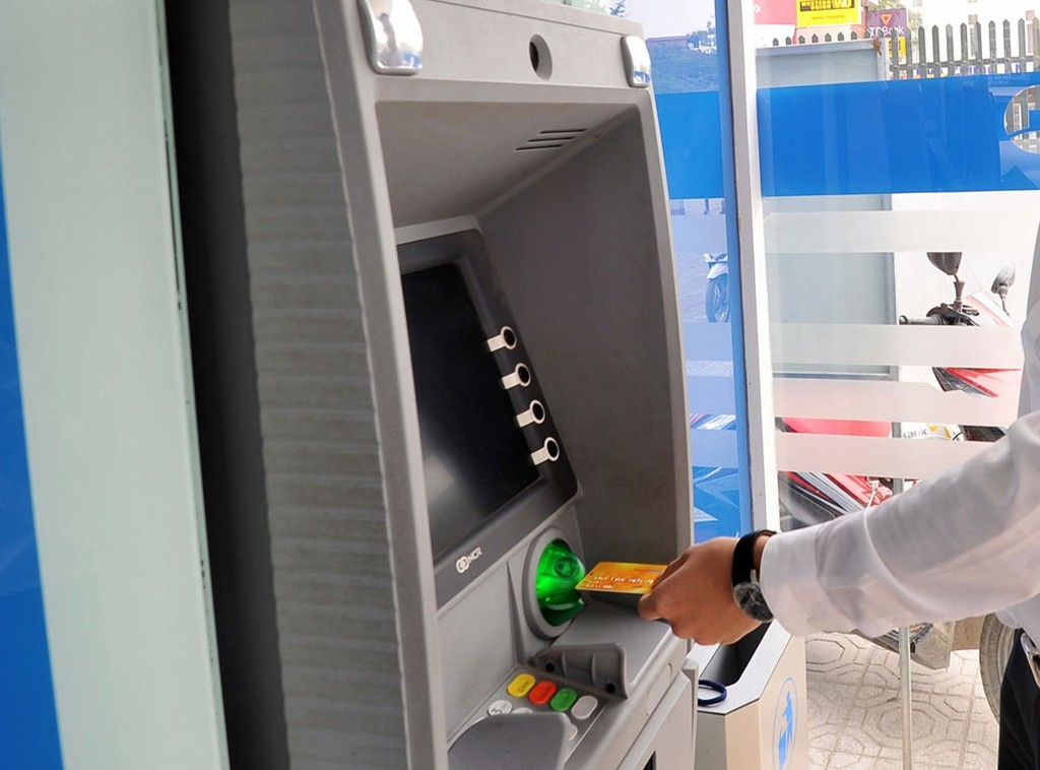 Đã nhiều lần các ngân hàng tăng phí dịch vụ ATM, song không đi liền với điều chỉnh, nâng cấp dịch vụ. Ảnh: Quang Tuấn