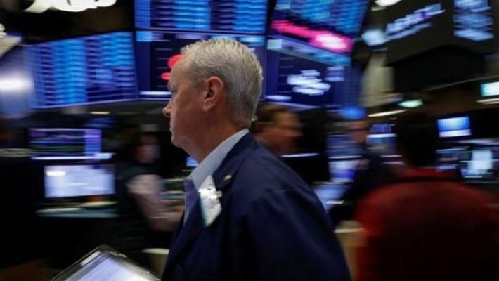 Một nhà giao dịch cổ phiếu trên sàn NYSE ở New York, Mỹ, hôm 6/7 - Ảnh: Reuters