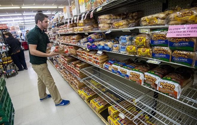 Người dân chọn mua hàng tại một siêu thị ở Mỹ. (Nguồn: AP)