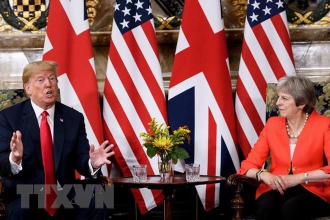 Thủ tướng Anh Theresa May (phải) trong cuộc hội đàm với Tổng thống Mỹ Donald Trump ở Ellesborough, phía tây bắc London ngày 13/7. (Nguồn: AFP/TTXVN)