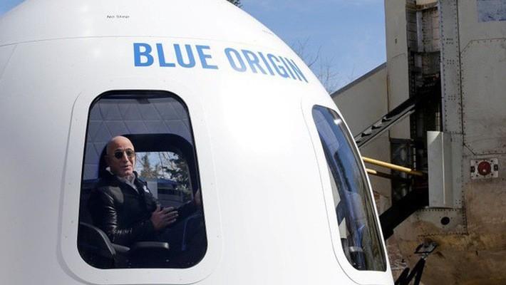 Jeff Bezos trong tàu vũ trụ New Shepard của Blue Origin - Ảnh: Reuters.