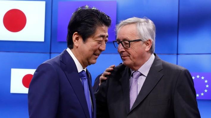 Thủ tướng Nhật Bản Shinzo Abe (trái) và Chủ tịch Ủy ban châu Âu Jean-Claude Juncker tại Brussels hồi tháng 3/2017 - Ảnh: Reuters.