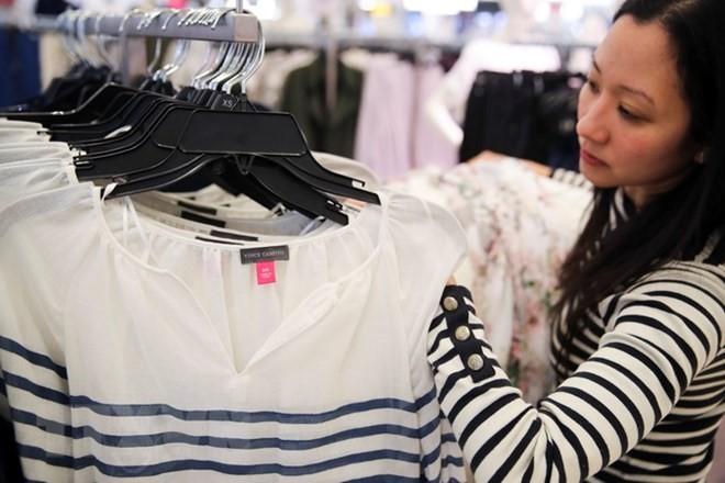 Quần áo sản xuất tại Trung Quốc được bày bán tại cửa hàng ở New York, Mỹ. (Nguồn: THX/TTXVN)