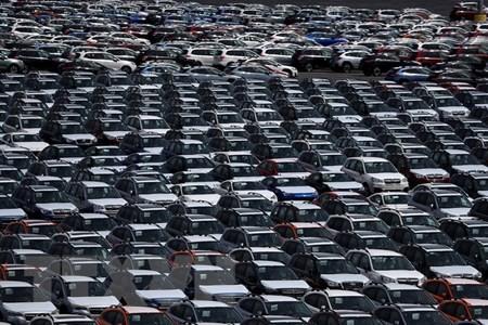 Ôtô được xếp tại cảng ở Richmond, California, Mỹ ngày 24/5. (Nguồn: AFP/TTXVN)