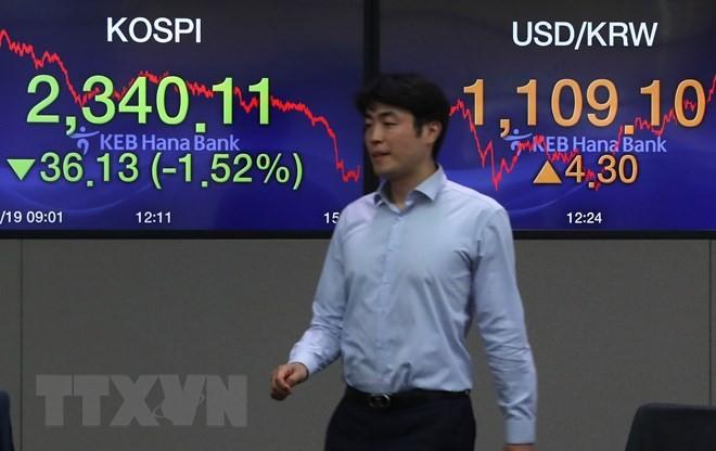 Bảng tỷ giá chứng khoán tại ngân hàng Hana, thủ đô Seoul, Hàn Quốc. (Ảnh minh họa. Yonhap/TTXVN)