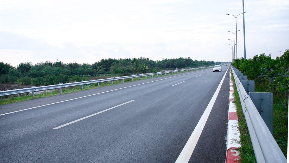 Chính phủ yêu cầu, đối với các dự án đường bộ đầu tư theo hình thức hợp đồng BOT chỉ áp dụng đối với các tuyến đường mới để bảo đảm quyền lựa chọn cho người dân. Ảnh: Lê Tiên