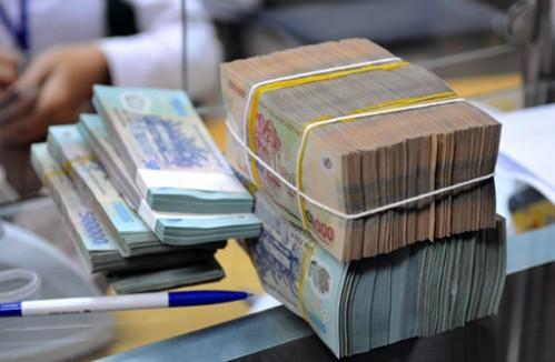 Giao dịch tiền VND tại một ngân hàng cổ phần. Ảnh: QH.