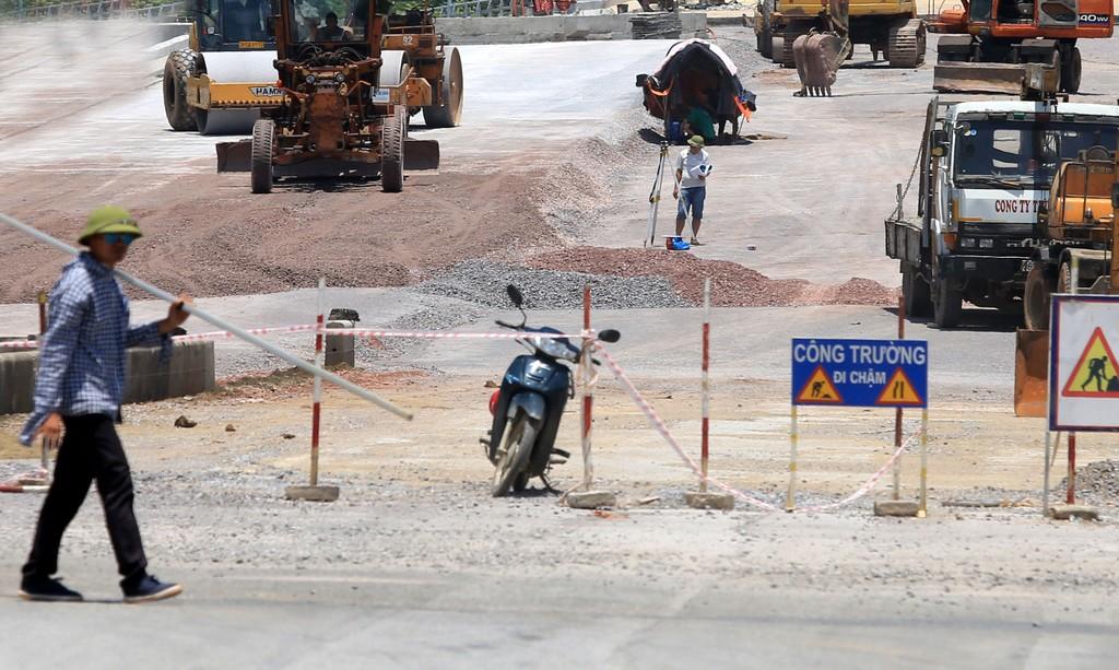 Gói thầu Thi công hạng mục san nền thuộc Dự án Đầu tư xây dựng kết cấu hạ tầng khu Bến xe - Dân cư Kiến Tường (tỉnh Long An) đang bị nhà thầu khiếu nại. Ảnh: LTT