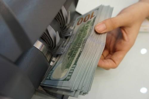 Giao dịch USD tại một ngân hàng thương mại TP HCM. Ảnh:Anh Tú.