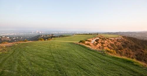 Miếng đất nằm trên đỉnh đồi này có tênMountain of Beverly Hills. Ảnh:NYT