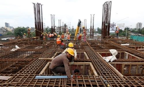 Công nhân làm việc tại một dự án đường sắt ở Ấn Độ. Ảnh:Reuters