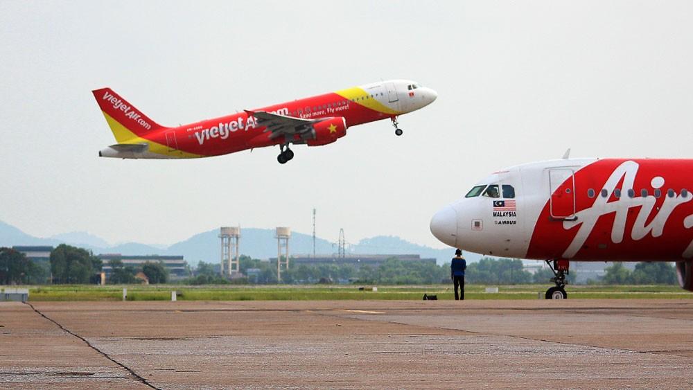 Đường cất hạ cánh và đường lăn tại các cảng hàng không quốc tế Tân Sơn Nhất, Nội Bài bị xuống cấp ngày càng trầm trọng, cần phải được nâng cấp. Ảnh: Tường Lâm