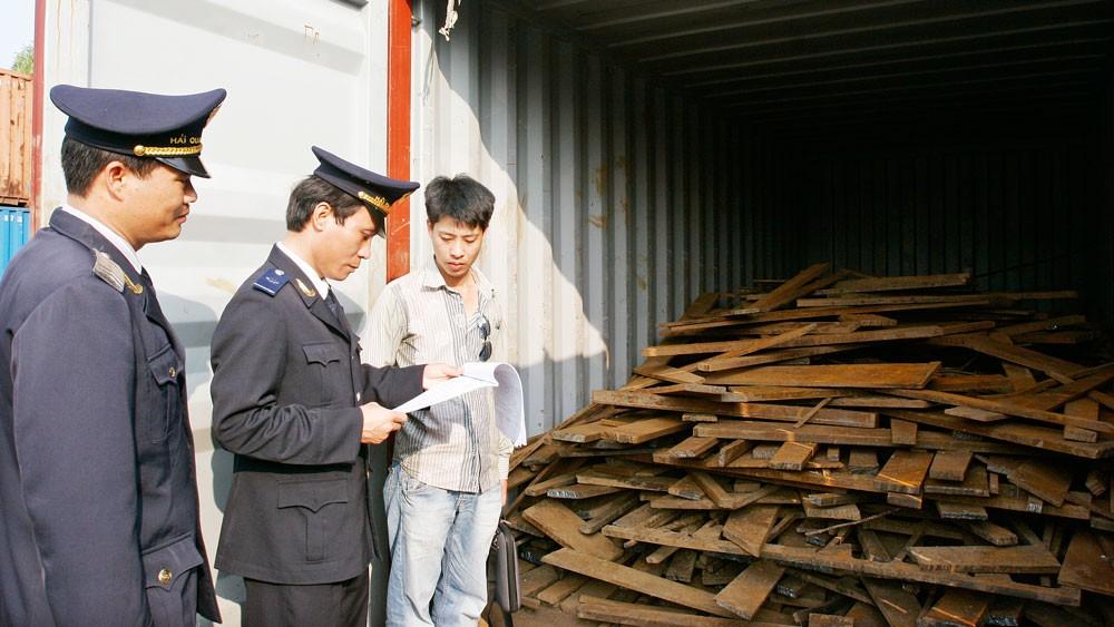 Hiện có tới 6.000 container phế liệu tồn đọng tại các cảng trên cả nước. Ảnh: Tường Lâm