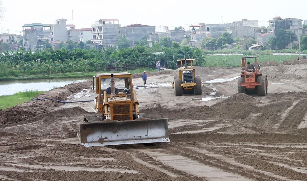 Gói thầu số 3 Thi công xây dựng hạng mục đường giao thông, thoát nước sử dụng ngân sách nhà nước huyện Gia Lâm, Hà Nội. Ảnh: Tường Lâm