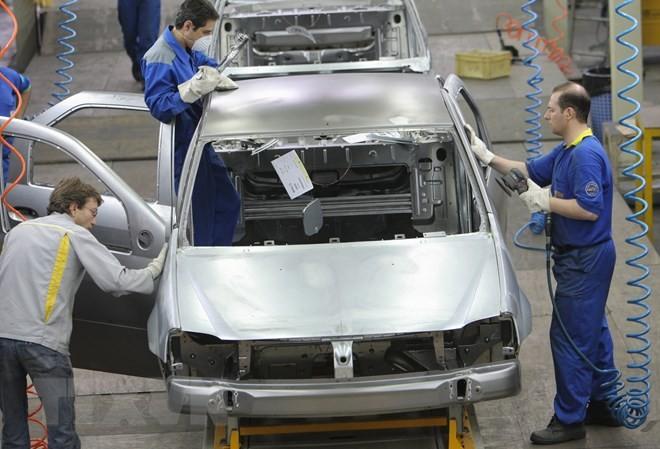 Kỹ thuật viên người Iran và Pháp lắp ráp ôtô Renault Logan tại nhà máy Khodro, phía Tây Tehran, Iran. (Nguồn: AFP/TTXVN)