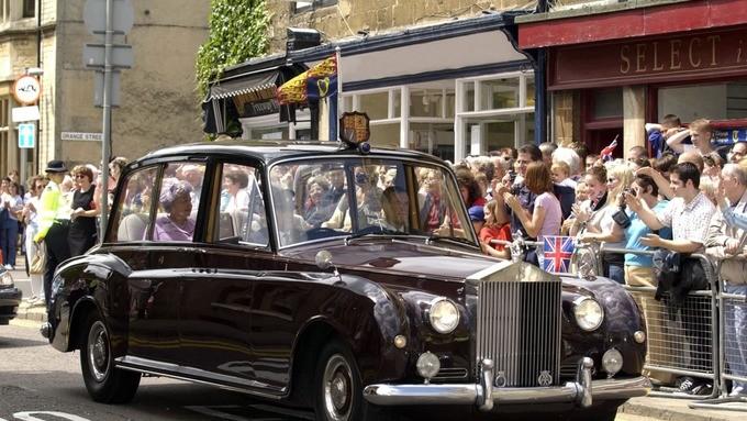 Hoàng gia Anh rao bán 8 chiếc Rolls-Royce - ảnh 1