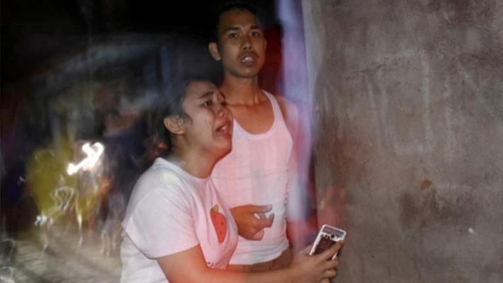 Phản ứng của hai người dân ở Lombok sau khi xảy ra trận động đất tối 5/8 - Ảnh: Antara Foto/Reuters.
