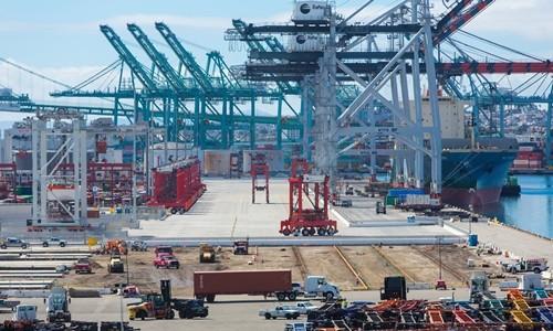 Hoạt động tại cảng Los Angeles tại California (Mỹ). Ảnh:Bloomberg
