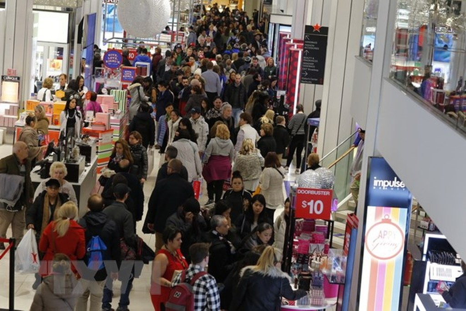 Người dân mua sắm tại một cửa hàng ở New York của Mỹ. (Ảnh: AFP/TTXVN)