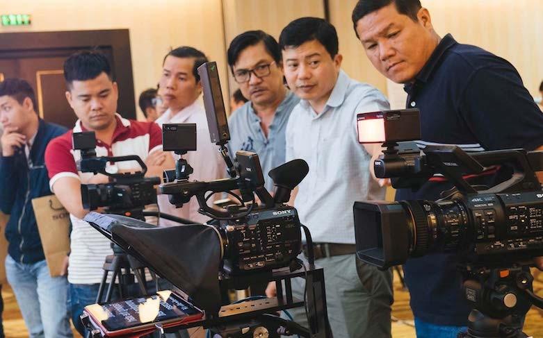 Khách hàng trảỉ nghiệm các dòng máy quay mới của Sony do PAKOTEK phân phối.