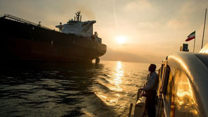 Một tàu hộ tống mang cờ Iran di chuyển cạnh con tàu chở dầu Devon trên vùng biển Bandar Abbas, hôm 23/3/2018 - Ảnh: Bloomberg/CNBC.
