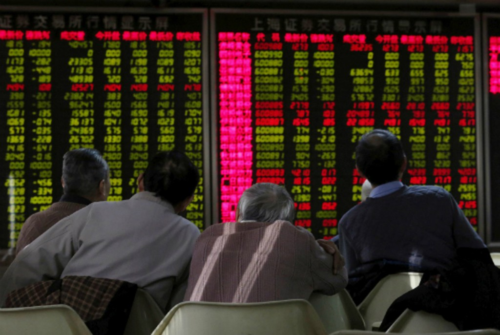 Một nhóm nhà đầu tư Trung Quốc đang theo dõibảng điện tử. Ảnh:Reuters