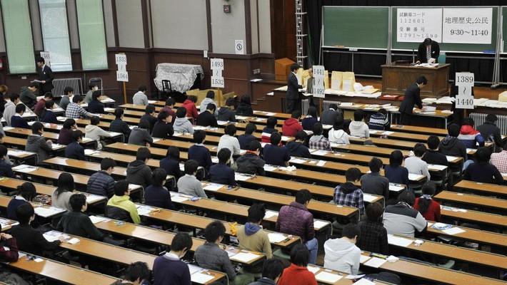 Thí sinh tham dự một kỳ thi đầu vào đại học ở Nhật Bản - Ảnh: Japan Times.