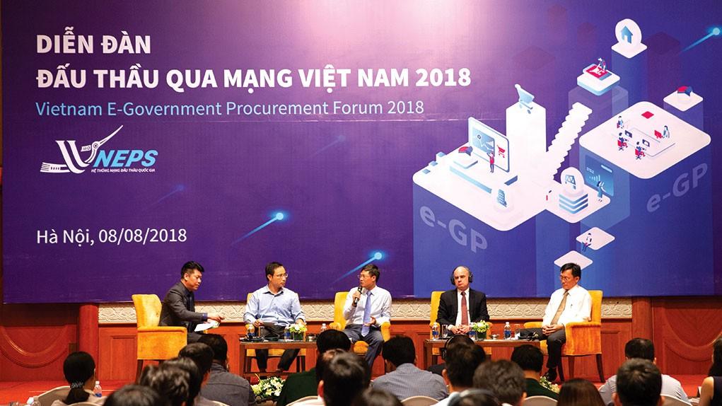 Ông Nguyễn Đăng Trương, Cục trưởng Cục Quản lý đấu thầu (thứ 2 từ bên phải), chủ trì Phiên thảo luận 2 tại Diễn đàn Đấu thầu qua mạng 2018