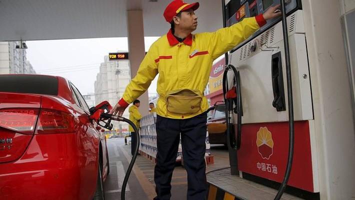 Nhân viên làm việc tại một trạm xăng của hãng dầu khí quốc doanh Trung Quốc PetroChina - Ảnh: WSJ.