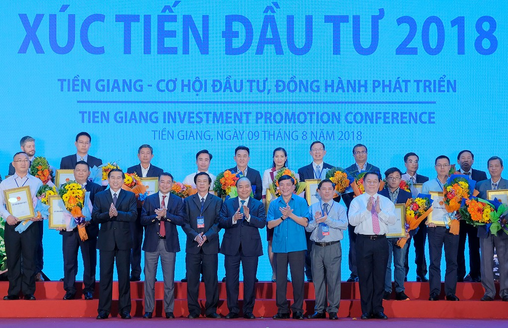 Thủ tướng chứng kiến lễ trao giấy chứng nhận đầu tư cho 18 dự án vào tỉnh Tiền Giang. Ảnh: Quang Hiếu