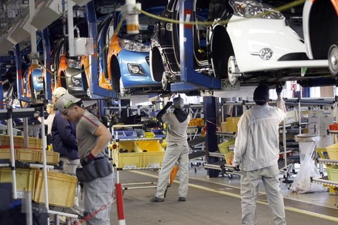 Công nhân làm việc trong nhà máy sản xuất xe Peugeot-Citroen tại Poissy, gần thủ đô Paris (Pháp). (Nguồn: AFP/TTXVN)