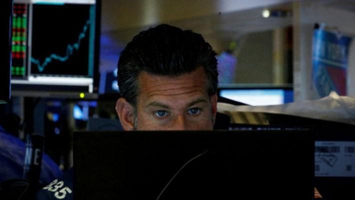 Một nhà giao dịch cổ phiếu dang làm việc trên sàn NYSE ở New York, Mỹ - Ảnh: Reuters.