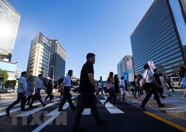 Người dân di chuyển trên đường phố Seoul, Hàn Quốc ngày 17/8. (Nguồn: Yonhap/TTXVN)