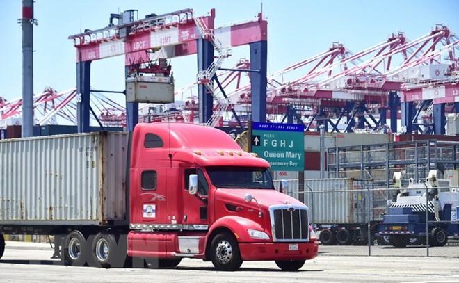 Vận chuyển hàng hóa tại cảng ở Long Beach, California, Mỹ ngày 12/7. (Nguồn: AFP/TTXVN)