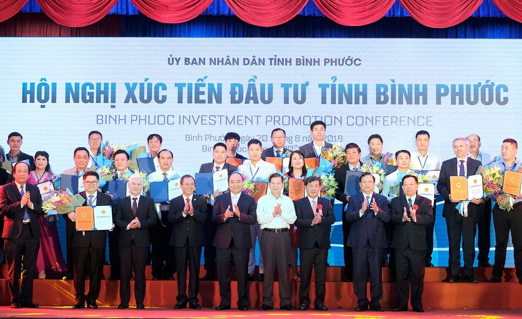 Thủ tướng chứng kiến Lễ trao Giấy chứng nhận đăng ký đầu tư của tỉnh Bình Phước. Ảnh: Hiếu Nguyễn
