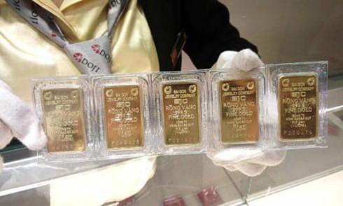 Giá vàng trong nước hiện đắt hơn thế giới khoảng 3 triệu đồng mỗi lượng.