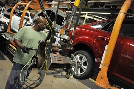 Công nhân làm việc tại dây chuyền lắp ráp xe Ford ở Wayne, Michigan (Mỹ). (Nguồn: AFP/TTXVN)