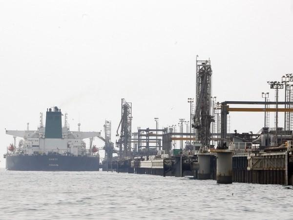 Tàu của Iran cập cảng để khai thác dầu từ cơ sở lọc dầu trên đảo Khark ở ngoài khơi vùng Vịnh Persian. (Nguồn: AFP/TTXVN)