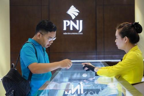 Khách giao dịch vàng tại Công ty PNJ. Ảnh:Thành Nguyễn.
