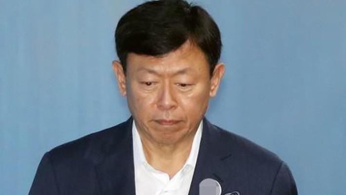 Chủ tịch Tập đoàn Lotte Shin Dong-bin bước vào tòa án phía nam Seoul để tham dự phiên tòa phúc thẩm về hối lộ vào ngày 29/8 - Ảnh: Yonhap.