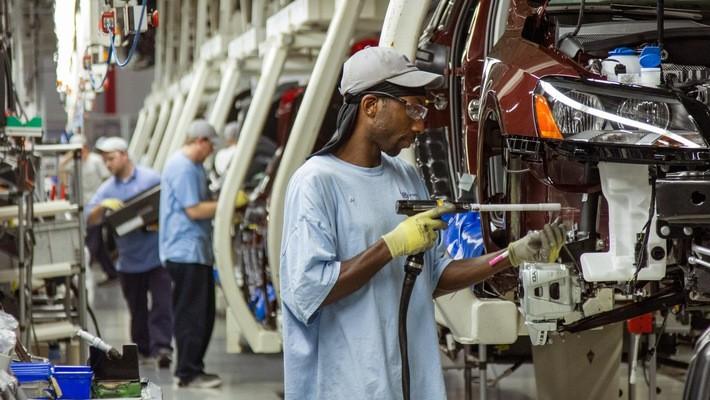 Công nhân làm việc trong một nhà máy lắp ráp xe hơi ở bang Tennessee của Mỹ.