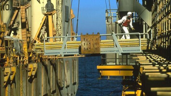 Trên một giàn khoan dầu của công ty dầu lửa quốc doanh Saudi Aramco trên Vịnh Ba Tư - Ảnh: Getty/CNBC.