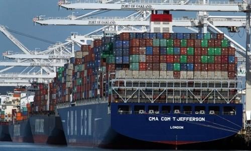 Tàu container đang dỡ hàng tại một cảng biển tại Oakland (Mỹ). Ảnh:AP