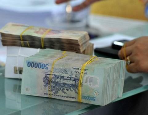 Giao dịch tiền đồng tại một ngân hàng thương mại. Ảnh:PV.